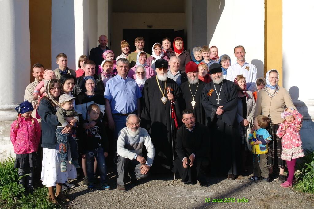 Митр. Виктор с настоятелем и прихожанами Смоленской церкви.